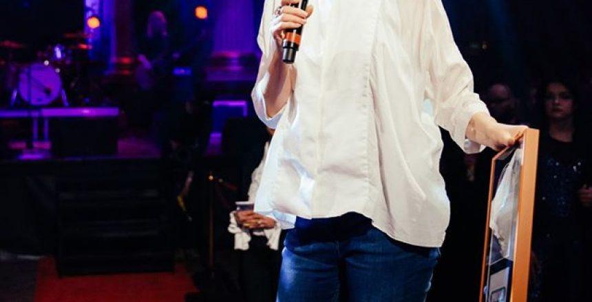 Helen Smith delar ut pris på Manifestgalan